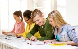 Studenti con i manuali ed i libri alla scuola Fotografia Stock Libera da Diritti
