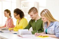 Studenti con i manuali ed i libri alla scuola Immagini Stock Libere da Diritti