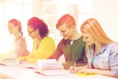 Studenti con i manuali ed i libri alla scuola Immagine Stock Libera da Diritti