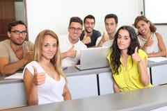 Studenti con i pollici su nella stanza di classe Immagine Stock Libera da Diritti