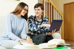 Studenti con il computer portatile che prepara per gli esami Immagini Stock