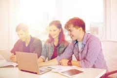 Studenti con il computer portatile, i taccuini ed il pc della compressa Fotografia Stock Libera da Diritti