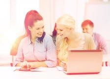 Studenti con il computer portatile, il pc della compressa ed i taccuini Immagine Stock