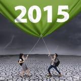 Studenti con il numero 2015 del giorno nuvoloso Immagini Stock Libere da Diritti