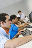 Studenti con il professor In Computer Lab Immagine Stock Libera da Diritti