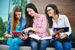 Studenti con il touchpad Immagini Stock