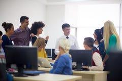 Studenti con l'insegnante nel classrom del laboratorio del computer Fotografie Stock Libere da Diritti