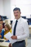 Studenti con l'insegnante nel classrom del laboratorio del computer Fotografie Stock