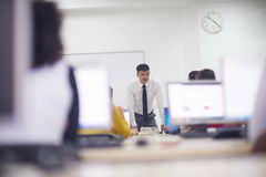 Studenti con l'insegnante nel classrom del laboratorio del computer Fotografia Stock Libera da Diritti