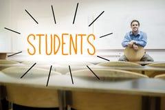 Studenti contro il conferenziere che si siede nel corridoio di conferenza Fotografia Stock