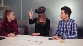 Studenti creativi di informatica in ufficio moderno che indossa la cuffia avricolare di Vr e che usando applicazione di Vr Futuri stock footage
