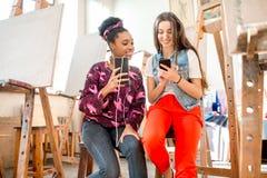 Studenti creativi durante la pausa all'università Fotografia Stock