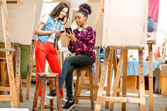 Studenti creativi durante la pausa all'università Immagine Stock Libera da Diritti