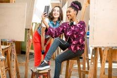 Studenti creativi durante la pausa all'università Fotografie Stock