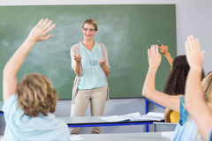 Studenti d'istruzione dell'insegnante nella classe Fotografie Stock