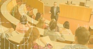 Studenti d'istruzione di professore con i diagrammi in priorità alta Fotografia Stock