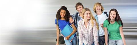 Studenti davanti a fondo vago Fotografie Stock