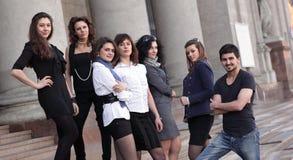 Studenti degli amici che stanno davanti all'istituto Fotografie Stock Libere da Diritti
