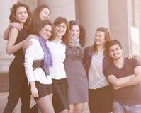 Studenti degli amici che stanno davanti all'istituto Immagini Stock