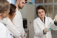 Studenti degli scienziati con l'insegnante In Lab Classrom Fotografia Stock