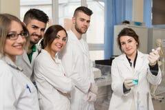 Studenti degli scienziati con l'insegnante In Lab Classrom Fotografia Stock Libera da Diritti