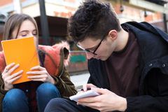 Studenti del collage del ragazzo e della ragazza con il taccuino Immagini Stock Libere da Diritti