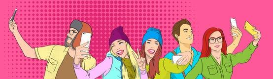 Studenti del gruppo della gente che prendono la foto di Selfie su Pop art dello Smart Phone royalty illustrazione gratis