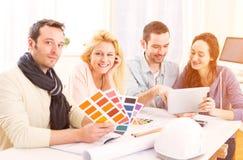 Studenti dell'architetto che scelgono i colori per il loro progetto Fotografia Stock