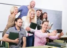 Studenti dell'età differente che fanno il selfie del gruppo sullo smartphone Immagini Stock Libere da Diritti
