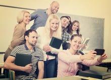 Studenti dell'età differente che fanno il selfie del gruppo sullo smartphone Fotografia Stock Libera da Diritti