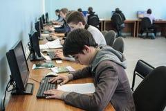 Studenti dell'istituto universitario elettrotecnico nella classe in laboratorio Fotografia Stock