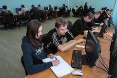 Studenti dell'istituto universitario elettrotecnico nella classe in laboratorio Fotografie Stock Libere da Diritti
