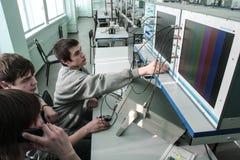 Studenti dell'istituto universitario elettrotecnico nella classe in laboratorio Immagini Stock