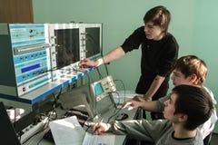 Studenti dell'istituto universitario elettrotecnico nella classe in laboratorio Immagine Stock