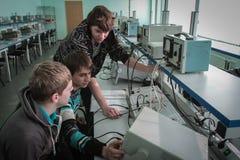 Studenti dell'istituto universitario elettrotecnico nella classe in laboratorio Fotografia Stock Libera da Diritti