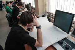 Studenti dell'istituto universitario elettrotecnico nella classe in laboratorio Immagini Stock Libere da Diritti