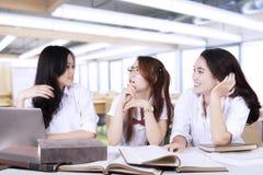 Studenti della High School abbastanza che parlano nella classe Immagini Stock Libere da Diritti