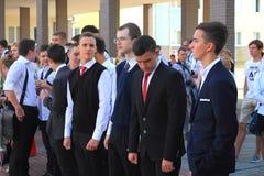 Studenti della High School alla riunione solenne il 1° settembre Immagini Stock Libere da Diritti