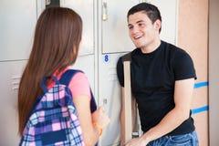 Studenti della High School che flirtano Fotografia Stock
