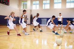 Studenti della High School che giocano la palla di Dodge in palestra Fotografia Stock Libera da Diritti