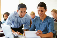 Studenti della High School con i computer portatili di In Class Using dell'insegnante Fotografia Stock