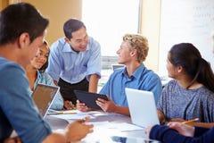 Studenti della High School con i computer portatili di In Class Using dell'insegnante Fotografie Stock Libere da Diritti