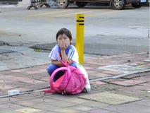 Studenti della scuola primaria che aspettano lo scuolabus Fotografia Stock Libera da Diritti