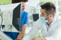 Studenti dentari mentre lavorando alla protesi dentaria, denti falsi Fotografie Stock