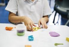 Studenti di asilo che imparano forma con argilla variopinta Immagini Stock Libere da Diritti