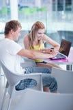 Studenti di college che hanno divertimento studiare insieme Fotografie Stock