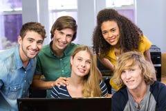 Studenti di college che per mezzo del computer Immagini Stock Libere da Diritti