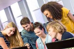 Studenti di college che per mezzo del computer Immagine Stock