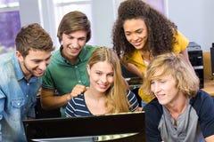 Studenti di college che per mezzo del computer Immagine Stock Libera da Diritti