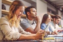 Studenti di college che si siedono insieme e che studiano Fotografie Stock